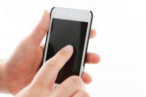 アイフォンを操作する手